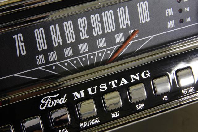 ソース切替のボタンやラジオチューナの表示盤もクラシカルなデザインでかっこいい