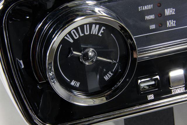 ボリューム調整ダイヤルやラジオの周波数コントロールダイヤルもかなりこだわったデザインだ