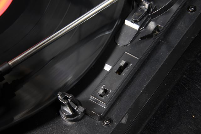 レコードの回転数切り替え機能やオートストップ機能は、スイッチの切り替えでコントロールする形だ