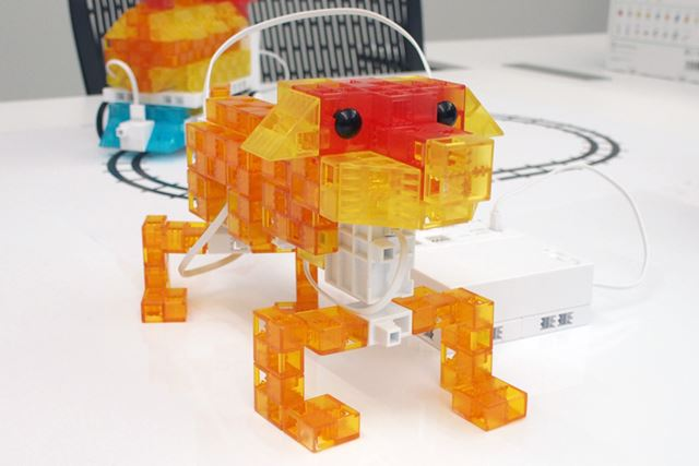アドバンスキットで作れるイヌ。複数のモーターを制御し、前後の足を動かす