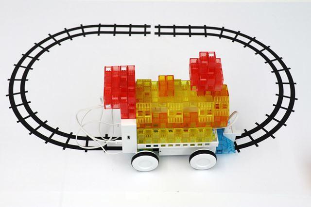 アドバンスキットで作れる機関車。手書きの線路をセンサーで感知し、その上を走る