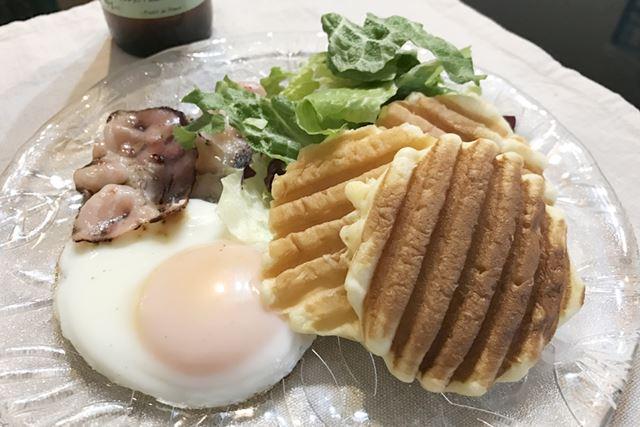 目玉焼きとベーコンを添えて、カフェ風朝食に