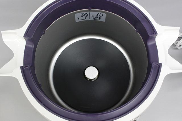 内鍋を取り出した後の本体。底のヒーター部分が見えます