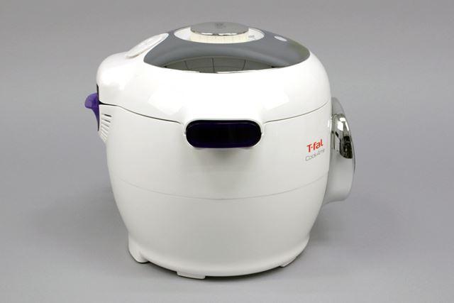 サイズ感は、一般的な5.5合炊きの炊飯器よりひと回り大きい。本体正面にはディスプレイを備えています