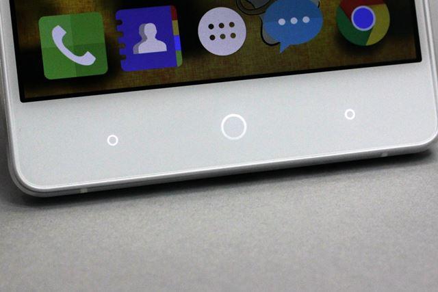 画面下部にはタッチセンサー式の操作ボタンを配置。プッシュ式ボタンは採用されていない