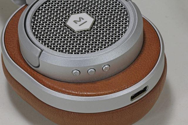 右ハウジングには、楽曲再生用ボタンと充電用のUSB Type-Cタイプの充電用端子を装備する