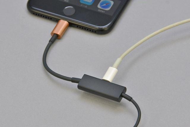 RAYZ Plus のLightningコネクターにLightningケーブルを接続することで、充電しながら音楽再生を楽しめる