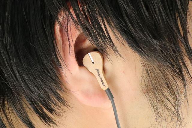 ドライバーユニットが9.2mm径と比較的小型なこともあり、耳にもすっぽりと収まる
