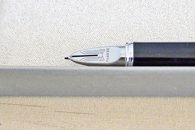 特徴的なペン先。万年筆っぽくも見えますが…