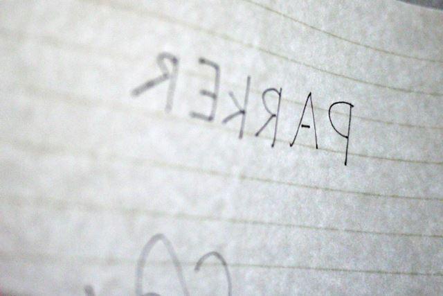 筆圧加減にもよるのですが、薄い紙だと裏写りする感じでした