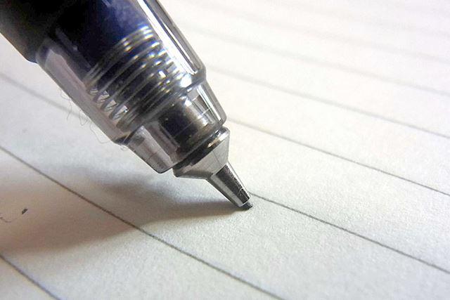 スプリングが効果的に機能してペン先が芯を包み込むように現れます