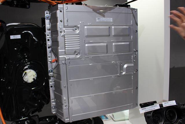 ラゲッジスペース下部に配置されるリチウムイオンバッテリー。容量は8.8kWhまで大容量化されている
