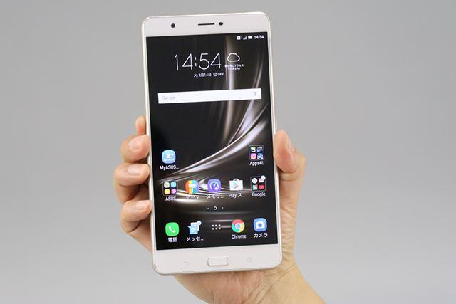 6.8型の液晶ディスプレイを搭載するZenFone 3 Ultra。価格.com最安価格は61,671円(2017年2月16日時点)