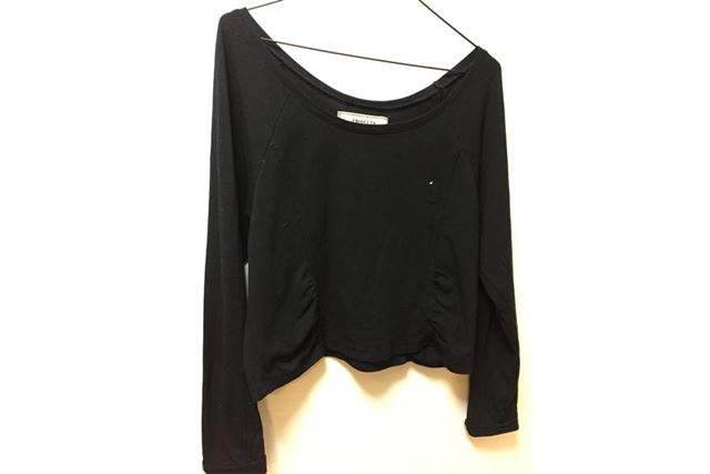 まずは黒のシンプルなカットソー。Tシャツっぽい素材です