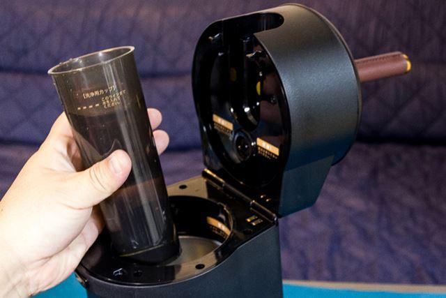 付属の洗浄用カップに水を入れてチューブを挿し、通水させる。これでチューブの洗浄は完了だ
