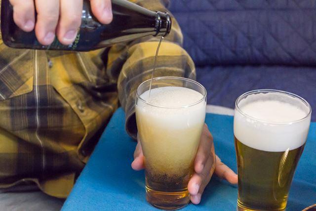 手で注いだものと飲み比べてみると、泡の1粒ひと粒の大きさの違いが一目瞭然
