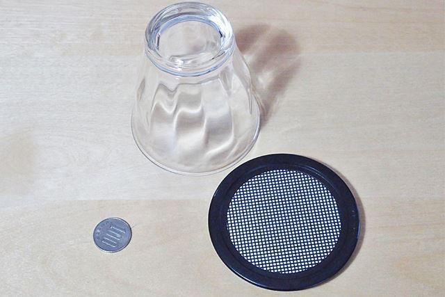 ミラクルスルーコインのコースター以外に、コップと100円玉を用意します
