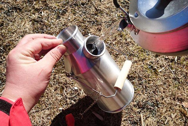 ここから水を注ぎます。このサイズで0.6L入ります
