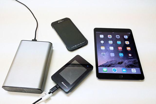 USB出力ポートからスマホやタブレット端末を充電!