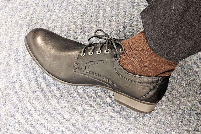 会議の席では普通の革靴として使う!
