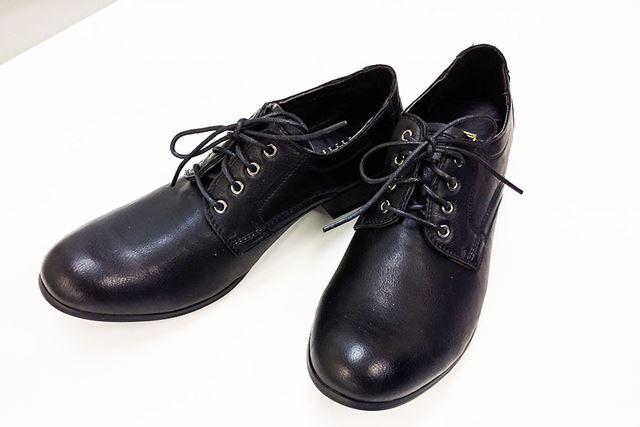 ぱっと見は、ちょっとオシャレめな普通の革靴ですが…秘密があるんです
