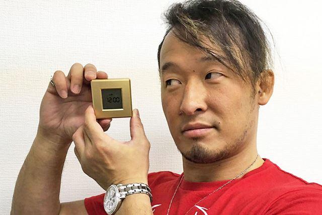 かなり小さい金色の箱