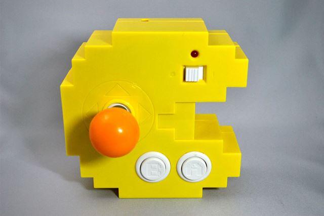 パックマンをかたどった本体。右上の白いスイッチは電源ボタン