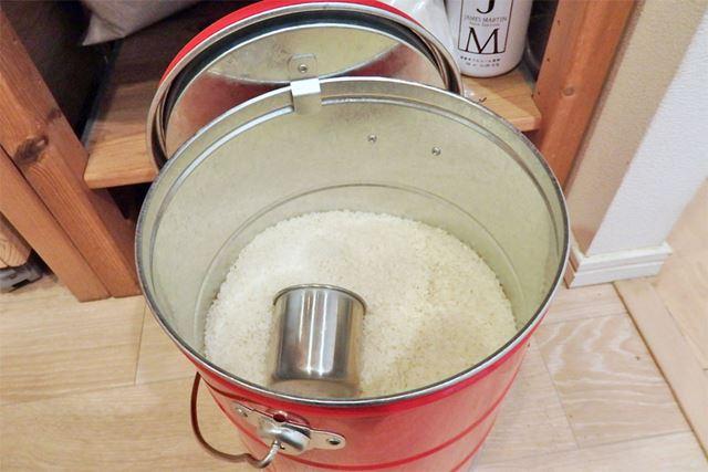 フタは内側にあるフックで本体に引っ掛けておくことができ、お米の出し入れの際に便利