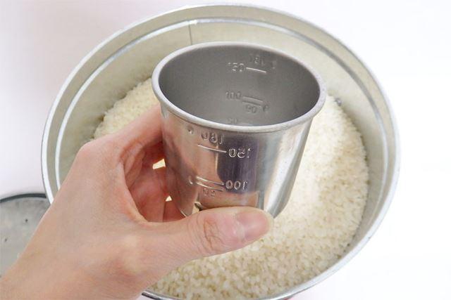 ステンレス製の計量カップも付属。目盛りが内側に刻印されているのが計量の際にわかりやすい!