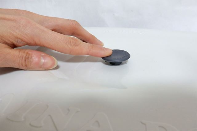 フタの真ん中にあるエアーバブルを押さえて閉めることで密閉保存が可能です