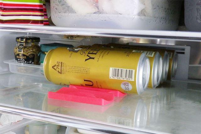 ホルダーを下に敷くことで転がらなくなり、このとおり常に缶やボトルが整然と並んでスッキリ!