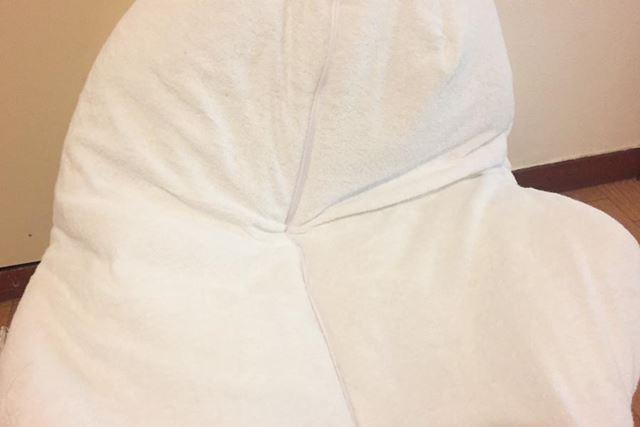 背中のチャックを開封して、直接胃袋に布団を詰め込みます