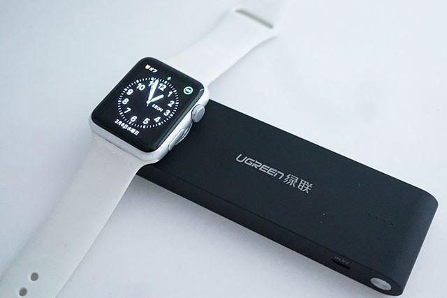 充電パッドにApple Watchを置くとマグネットで「ピタッ」と吸着され、充電が開始されました!