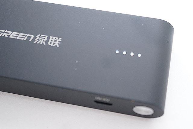 バッテリー残量を示すLEDインジケーターは本体表面に配置されています