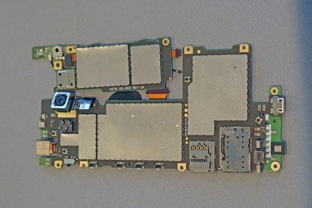 基板の実装部分には、ノイズを遮断する重厚なシールドが施されている