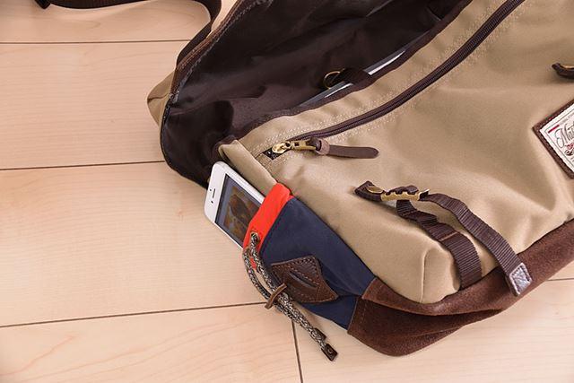 外ポケットがあるカバンなら、そこにスマートフォンを入れて利用するのもいいだろう