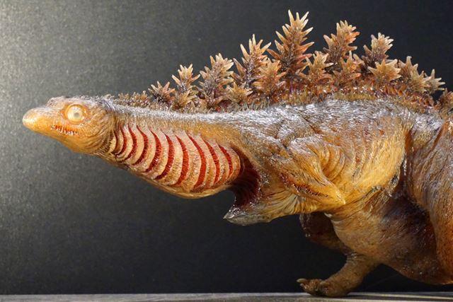 水棲生物が陸に上がったばかりの固まりきっていない皮膚感を半透明レンジで表現