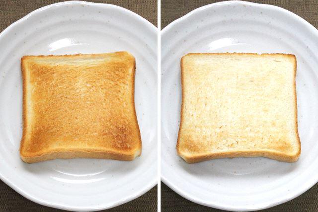 焼き上がったトーストは、表面(左)も裏面(右)もムラなくこんがり焼けています