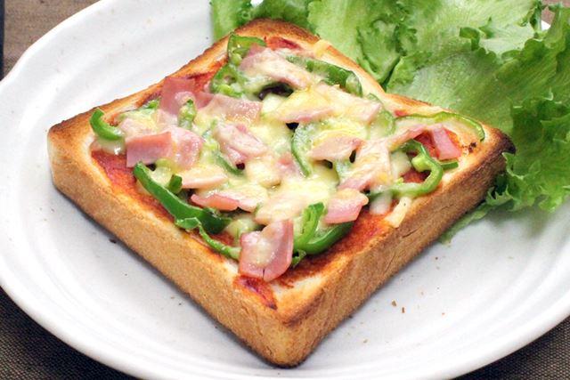 具材を乗せたピザトーストも、チーズがとろりとしつつ、具まで香ばしく焼き上がりました