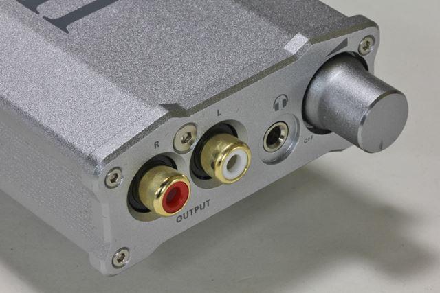 フロントパネルには、RCA出力やヘッドホン出力、ボリュームコントロールノブを用意