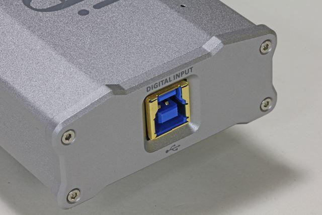 リアパネルのUSB端子はBタイプとなっており、パソコン以外のデバイスとの接続には、変換アダプターが必要になってくる