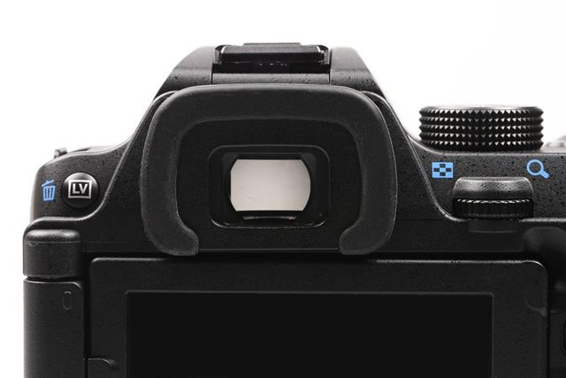 リコーの一眼レフ「PENTAX K-70」の光学ファインダー。エントリー向けながら視野率約100%を実現しています
