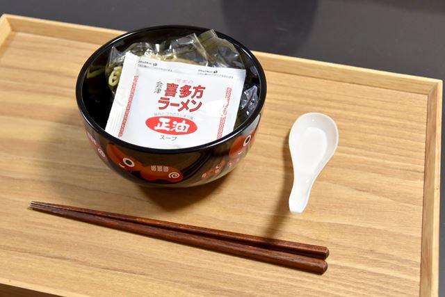 河京赤べこどんぶりらーめんの内容量は155g(麺120g)。お鍋で3分30秒ゆで、どんぶりに戻して食べます