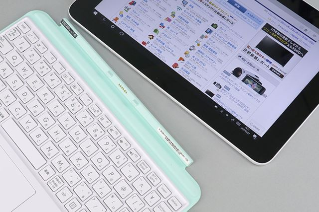タブレットとキーボードカバーは専用端子とマグネットで合体する仕組み