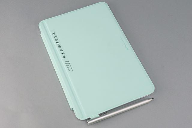 キーボードカバーは水色。不織布のような手触りのよい素材だ。ペンをかけられるホルダーも付いている