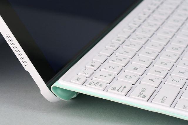 キーボードカバーは接続部分を折り曲げると、タイピングしやすいようにキーボードに角度がつく