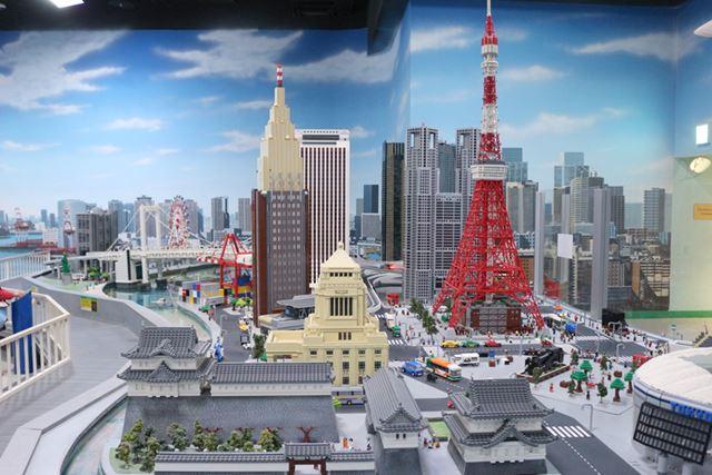東京タワーに国会議事堂、手前は皇居で、奥にそびえるのは都庁とドコモタワーですね