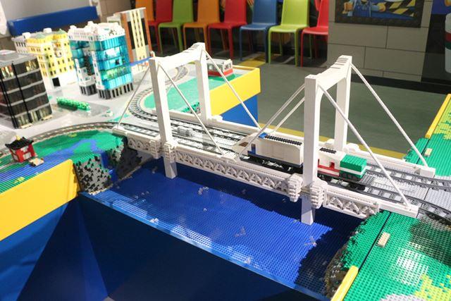 自作のレゴブロック電車を街中で走らせて遊ぶことができる「レゴシティトレインワールド」