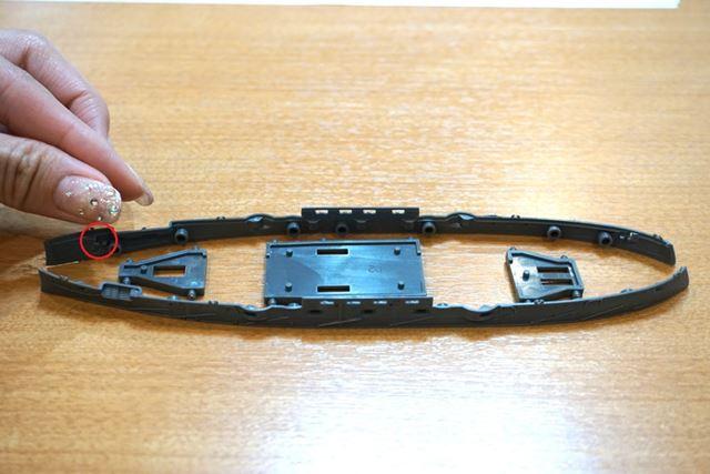 写真の丸印の針穴ほどのホールにピンセットの先よりも細い大砲を差し込んで接着剤で取り付けるのです