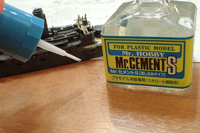 こういう場面には流し込みタイプの接着剤を使用。通常の接着剤より水っぽくてすぐに乾きます
